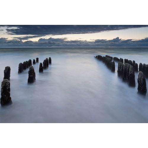 Pinteni de lemn in Insulta Sylt, Marea Nordului - fototapet vlies